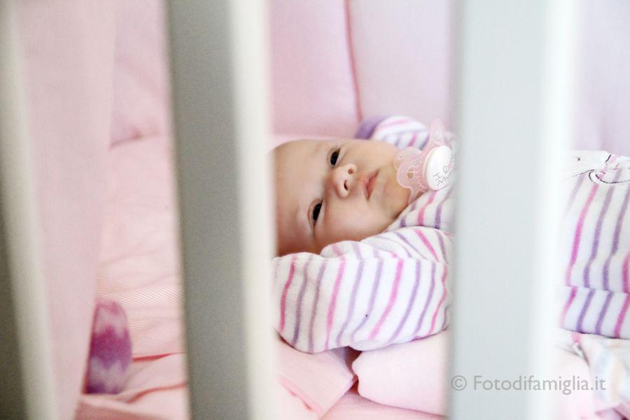 ritratto bambino nel lettino