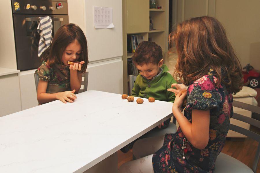foto bambini in cucina