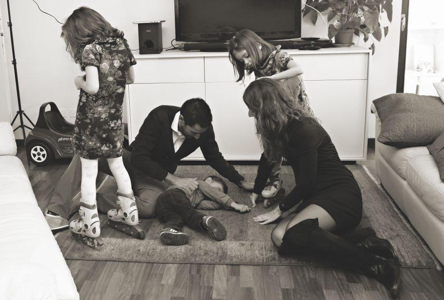 foto famiglia mentre gioca